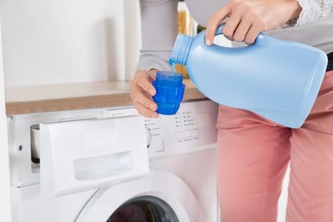 Cho balo vào máy giặt rồi đổ nước giặt vào