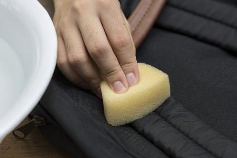 Làm sạch các vết dầu mỡ bằng dấm