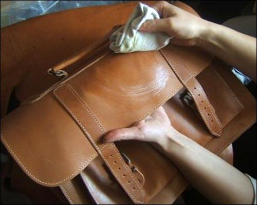 Dùng khăn mềm để lâu bề mặt túi da