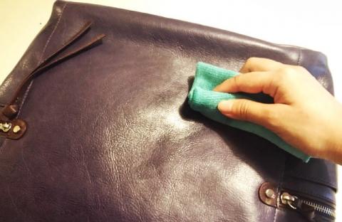 Dùng khăn mềm để lau vết bẩn