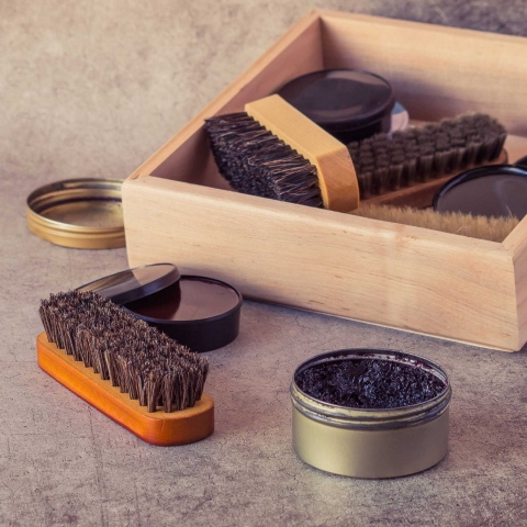 Làm sạch túi da bằng xi đánh giày