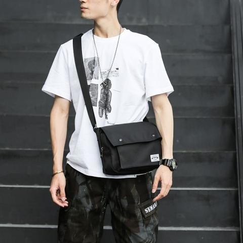 túi đeo chéo kết hợp với áo thun trắng