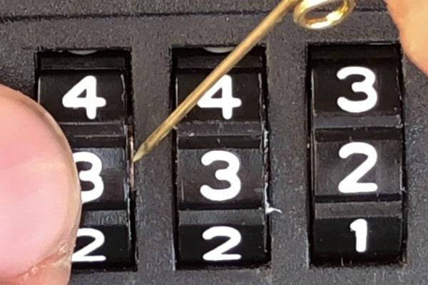 Mở khóa vali 3 số bằng kim