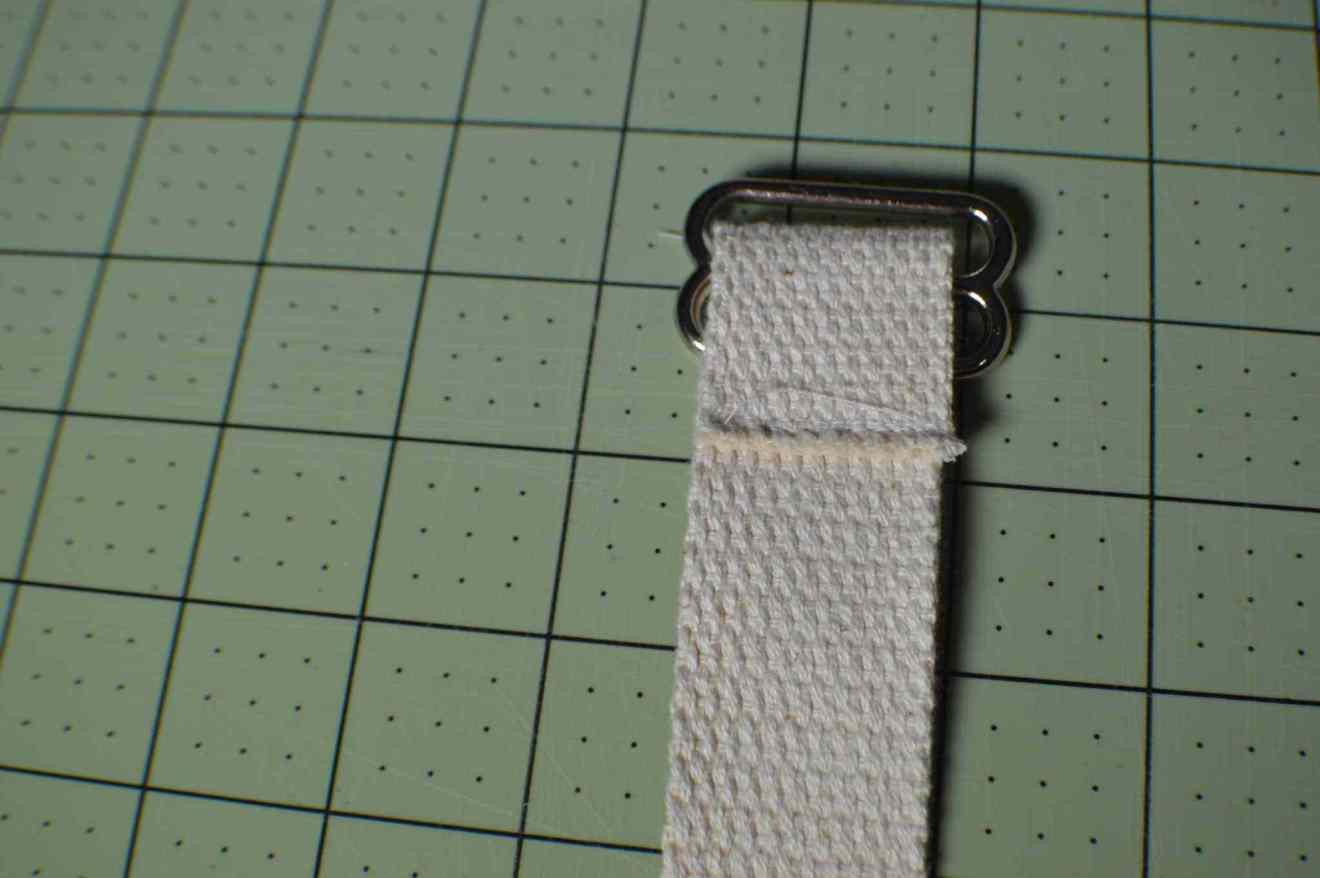 bưước 4: Làm dây đai điều chỉnh cho balo