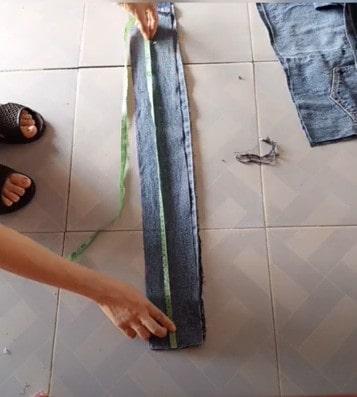 cắt thêm miếng vải để làm quai balo