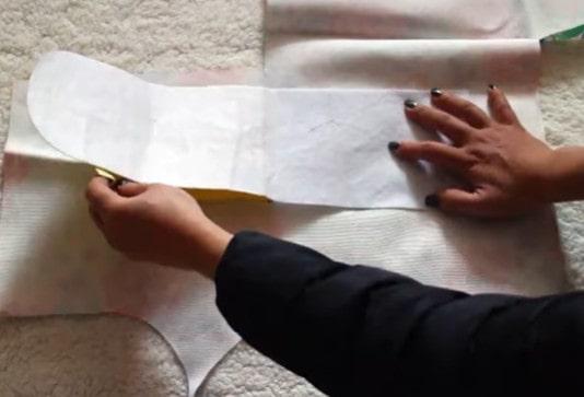 Dán mếch vào mặt sau của vải chính
