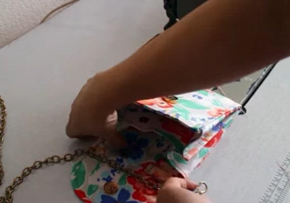 Móc quai đeo chéo vào chiếc túi là xong