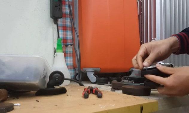 lắp mâm nhựa vào hai bên bánh xe