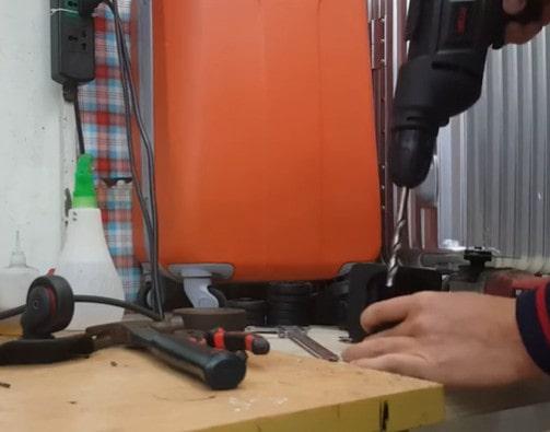 Tháo trục bánh xe hỏng ra