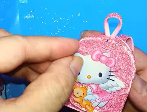Dán họa tiết mèo Hello Kitty vào