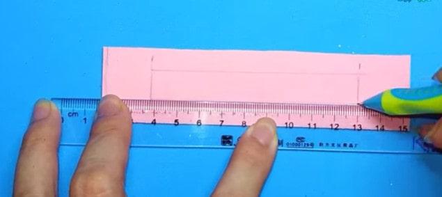 Kẻ và cắt lấy một miếng giấy xốp hình chữ nhật với kích thước tương ứng với dây khóa