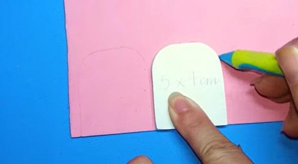 Cắt hai miếng giấy làm mặt trước và mặt sau của balo