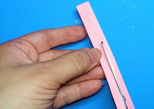 Cắt hai mảnh giấy làm quai đeo balo