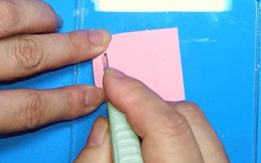 Dùng dao cắt giấy cắt 3 hàng ngang ở mặt sau của balo