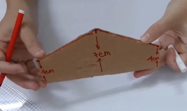 Một bìa cứng làm nắp túi xách