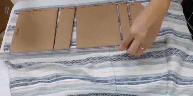 Đặt các miếng Carton lên mảnh vải cũ