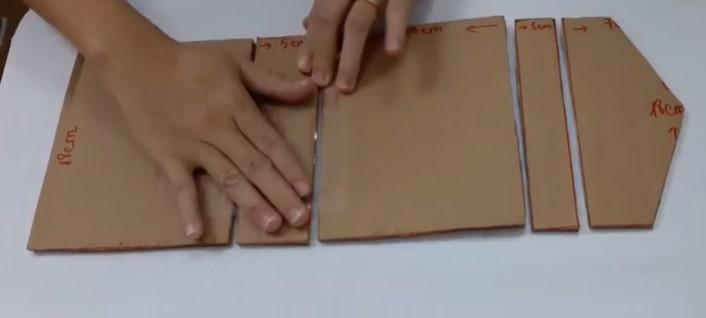 Dùng băng dính nối các miếng giấy cứng lại với nhau