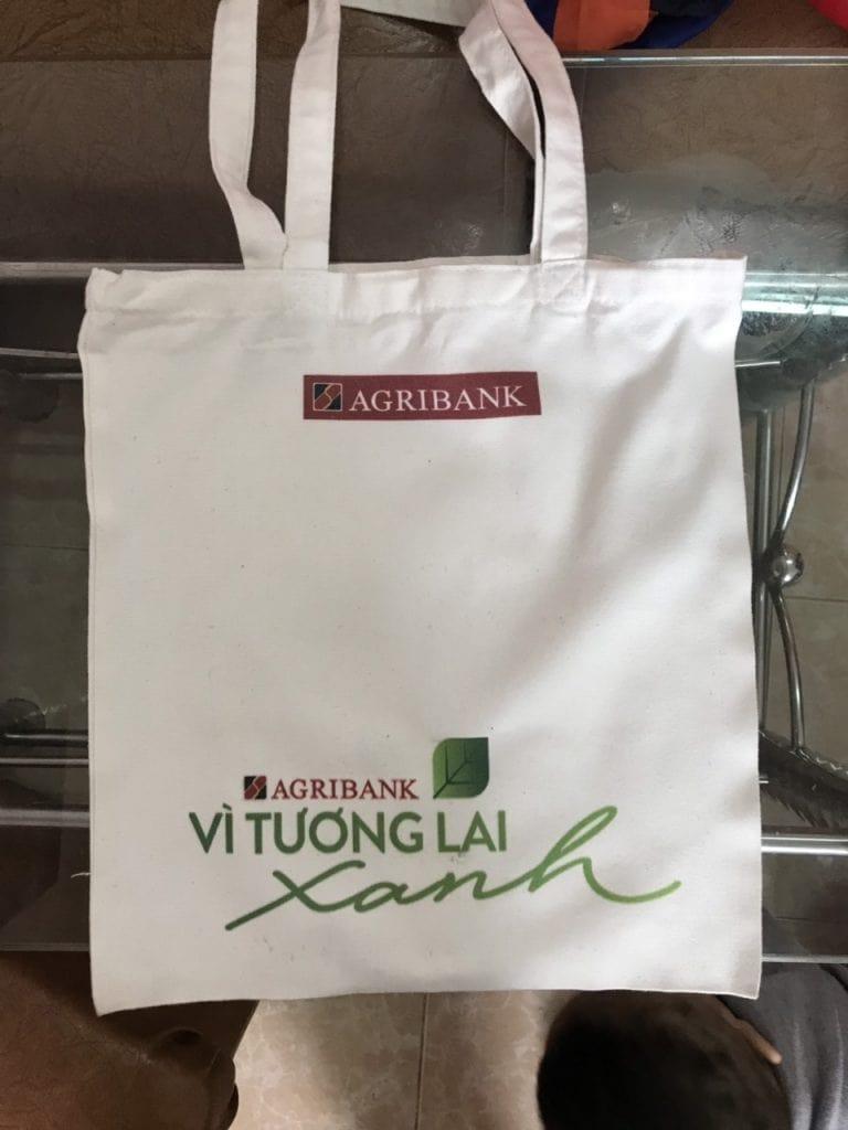 Mang nhiều thông điệp ý nghĩa, giúp túi vải canvas in slogan ngày càng được ưa chuộng hơn