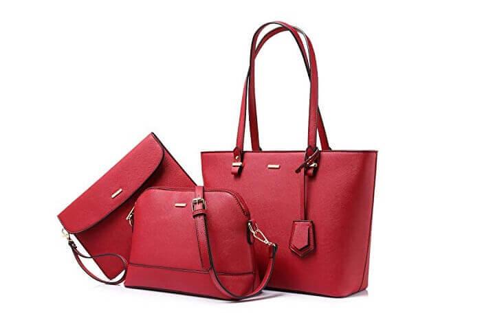 Diện túi xách hợp phong thủy với màu đỏ và màu tím