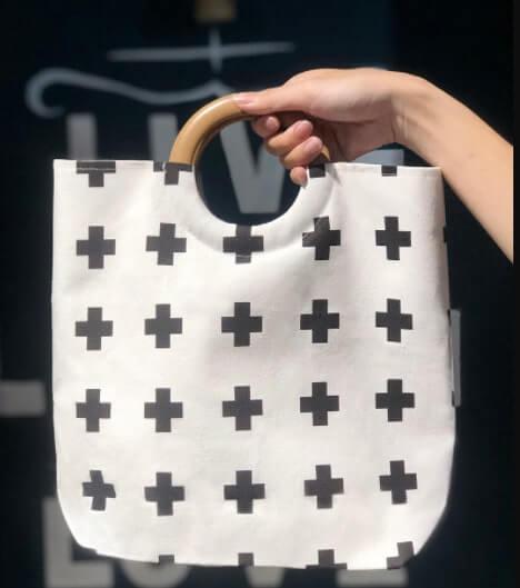 Túi xách quai gỗ hình dấu thập trắng đen