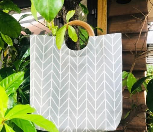 Mẫu túi xách quai gỗ họa tiết hình học