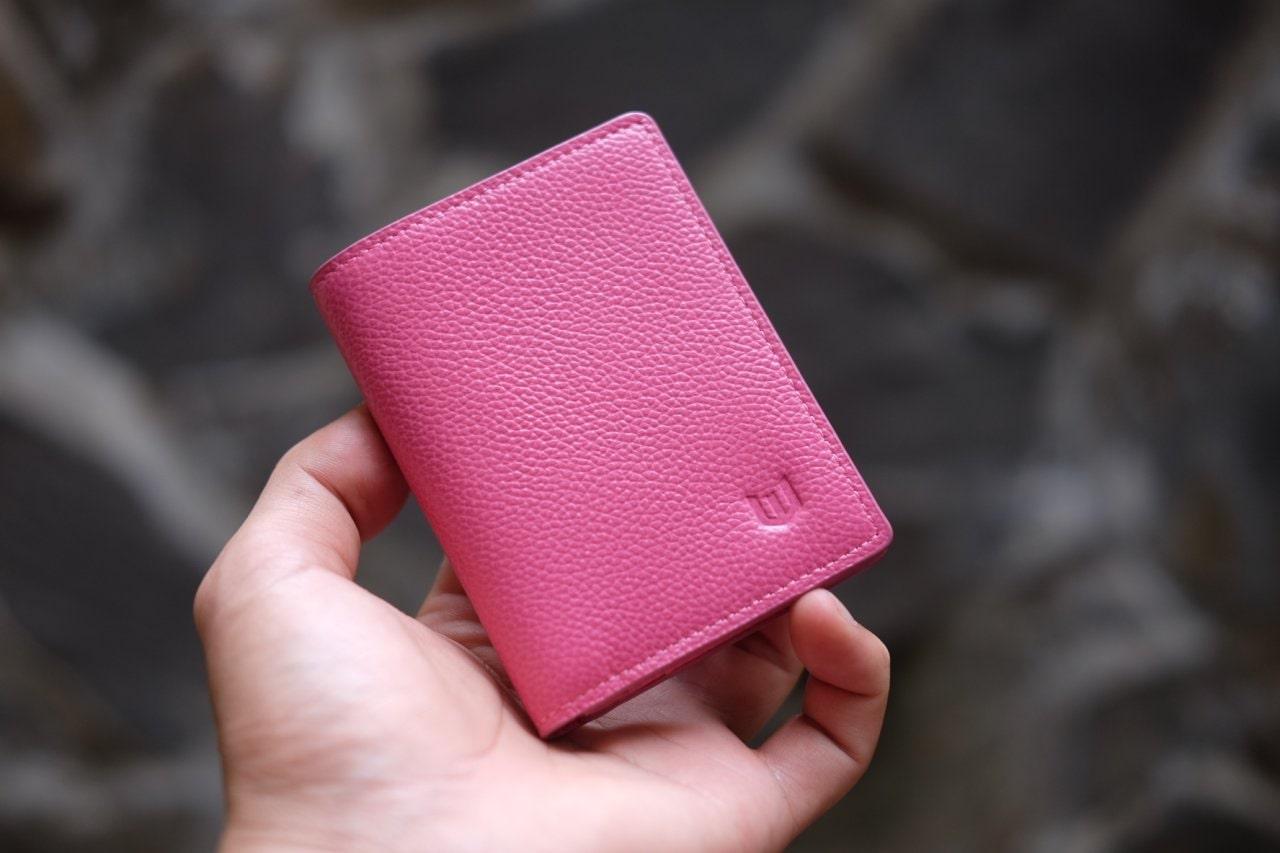 Người mệnh Thổ cũng có thể chọn cho mình một chiếc ví màu hồng để mang lại may mắn