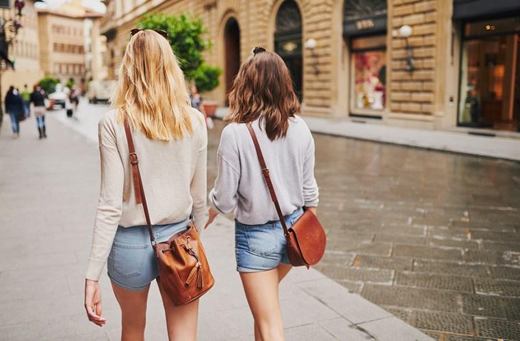 túi đeo chéo khi đi du lịch