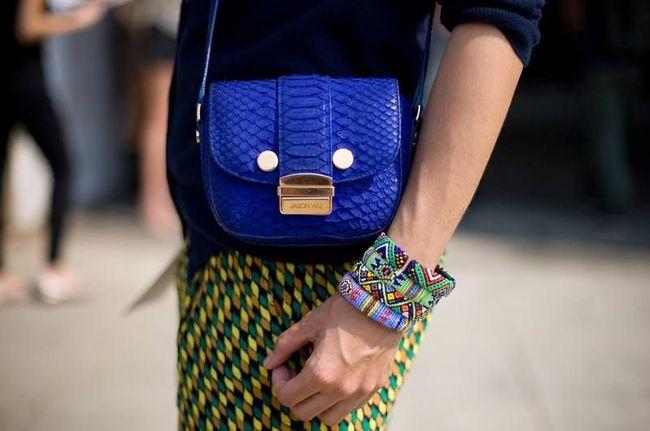 túi đeo chéo kết hợp cùng trang phục hoa văn