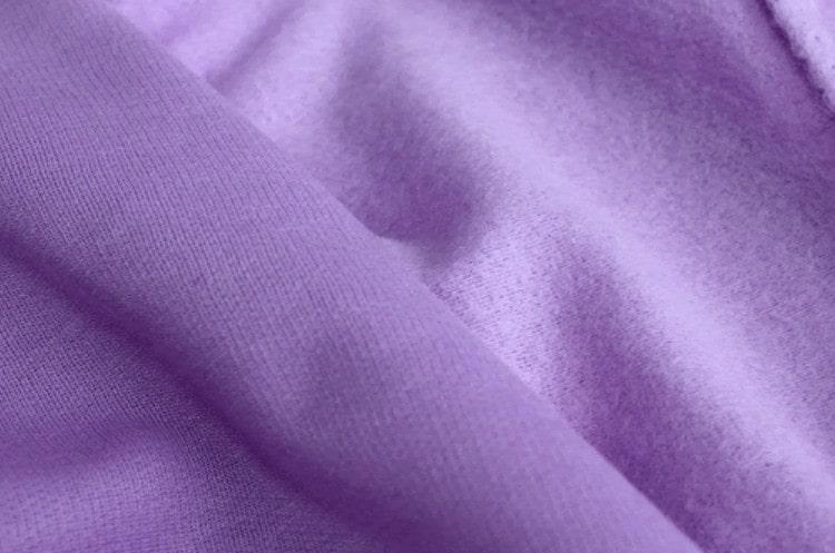 Là loại vải khá dày nên mặc sẽ có cảm giác nóng bức