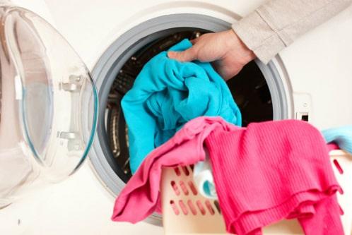Không nên giặt với nước cao quá 30 độ C sẽ làm bai và xù vải