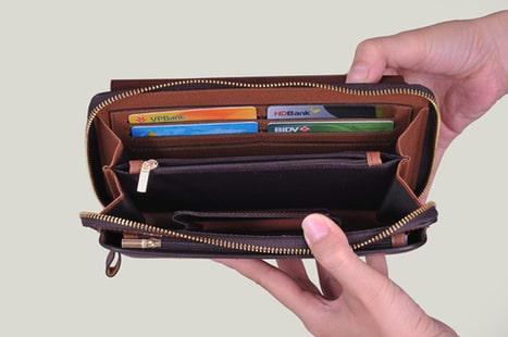 Không nên để quá nhiều vật dụng trong ví cầm tay thời trang nam