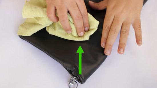 Không sử dụng chất tẩy rửa, xà phòng để làm sạch ví