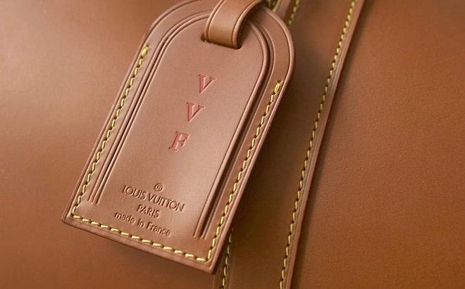 Phân biệt qua logo thương hiệu, khóa kép và nút kim loại