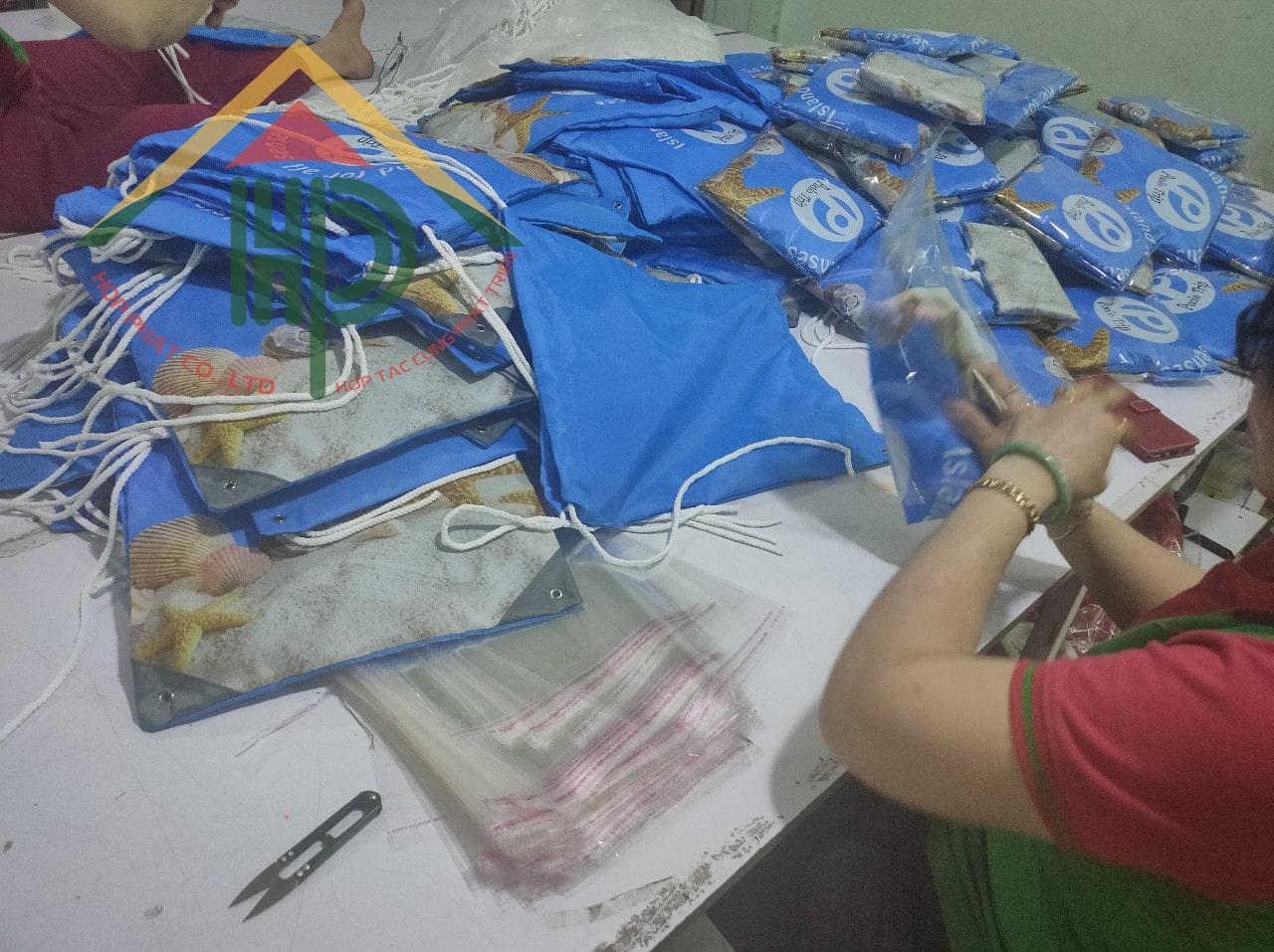 Kiểm tra chất lượng trước khi đóng gói sản phẩm balo dây rút Puolo Trip
