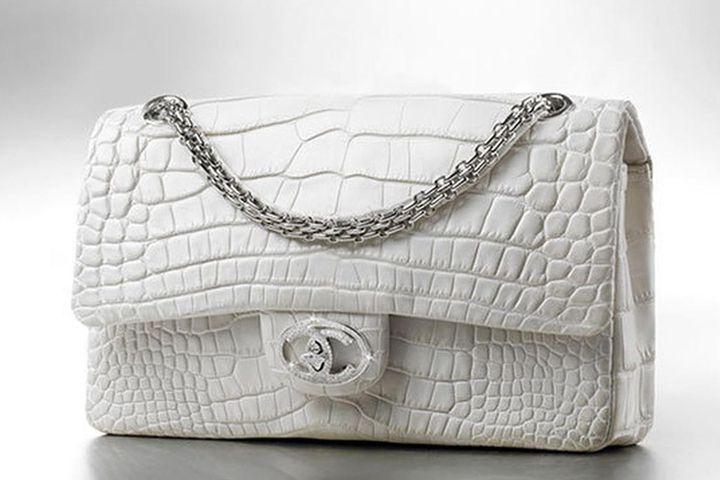 Về giá thành của sản phẩm thì hiện LV đang dẫn đầu với dòng sản phẩm Louis Vuitton Urban Satchel đang được mệnh danh đắt nhất thế giới