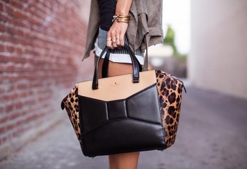 Túi xách nữ trung niên làm bằng da luôn là lựa chọn hàng đầu